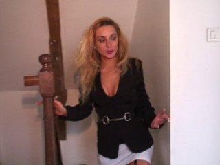 Double pénétration d'une femme mure aux yeux bandés