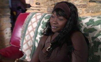 Agathe est une belle black très svelte à la poitrine généreuse qui est venue nous voir pour un  1er essai