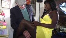 à Paris, le vieux et ses potes trouvent une blackette bien roulée