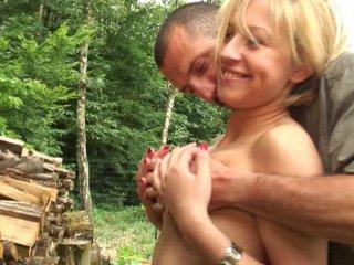 Sodomie d'une amatrice blonde en exterieur