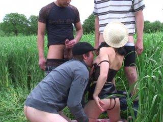 Gangbang dans les champs pour une femme à lunettes