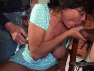 Papy fiste et baise une femme mure