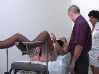 Un gynéco et son assistante fouillent et baisent une jeune blonde