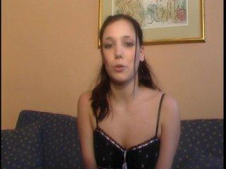 Une jolie brunette avec un anus moelleux