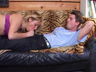 Un plombier baise une femme au foyer au cul potelé