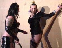 une dominatrice fait deguster costaud à son esclave sexuel