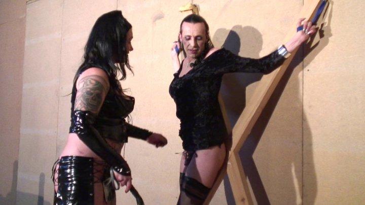 Dominatrice humilie et tourmente un esclave male et une lope travestie