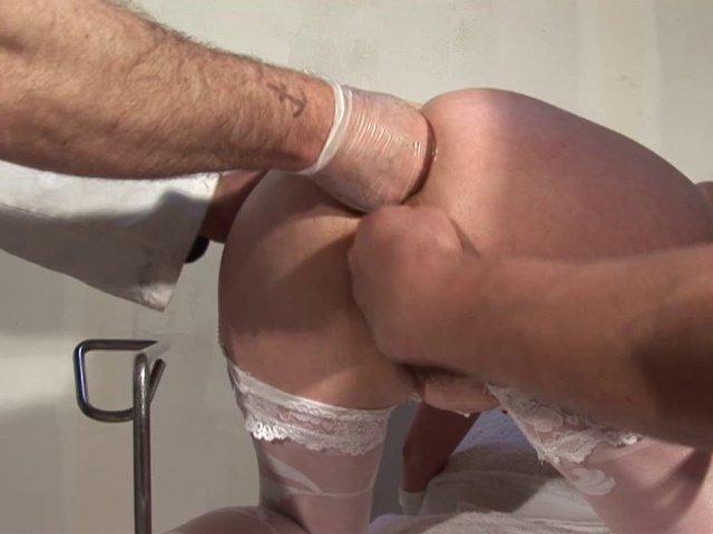 Examen gynécologique en profondeur pour une mature: fist vaginal, dilatation extrême
