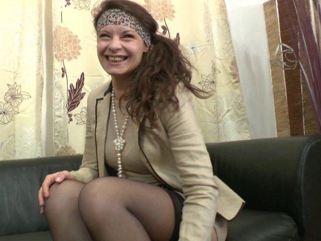 Une jeune femme brune débutante qui aime le sexe