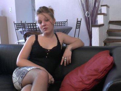 Voici Jess, une petite blonde de 19 ans qui a des tendances exhibitionnistes. De