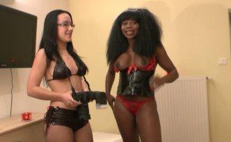 Aujourd'hui nous découvrons une nouvelle pièce de la maison du sexe en compagnie de Candice et Naomie