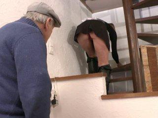 Caroline la soubrette baise avec papy et le locataire