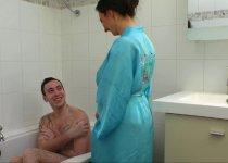Il encule sa belle mère sur la baignoire