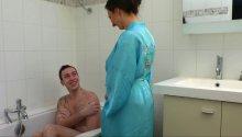 TOP2014 : Il encule sa belle mère sous la douche