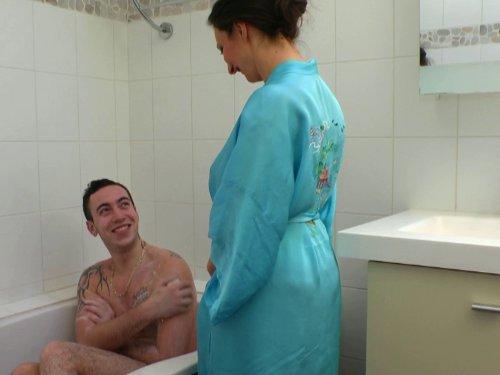 Vieille baise avec son futur gendre dans la baignoire