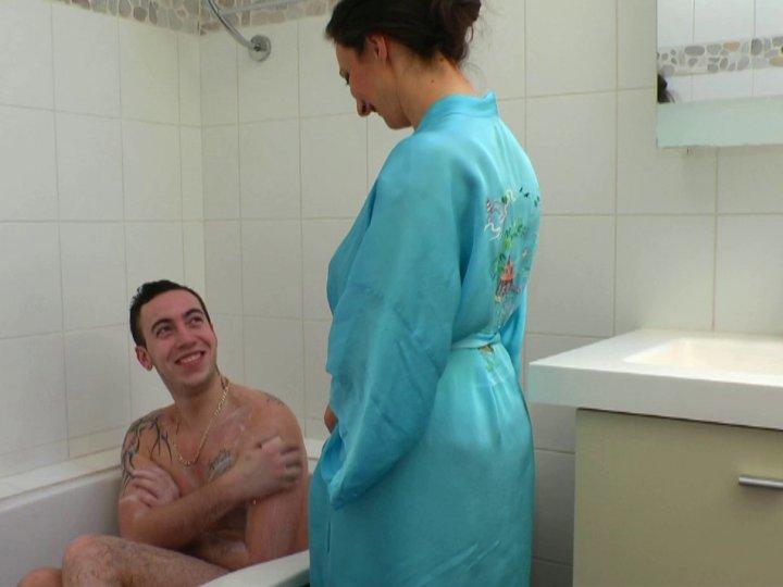 salope francaise ado il baise sous la douche