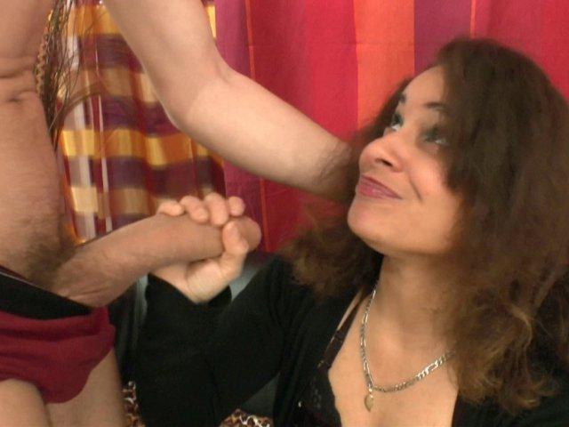 Sana est de retour: une nympho insatiable! - סרטי סקס