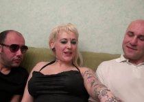 Amatrice  blondasse tatouée a la chatte rasée baisée en trio