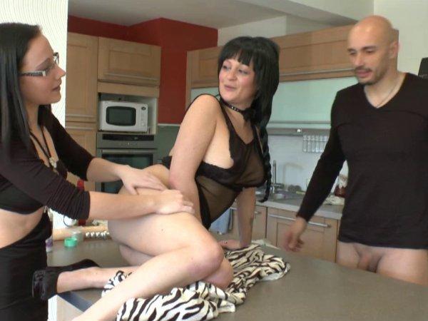 Un couple reçoit candice pour une initiation au fist anal et vaginal!