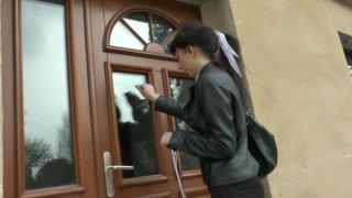Brunette se rend chez son petit ami pour un bon coup de quéquette