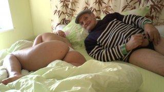 Papi cochon se branle sa petite queue sur une jeune blonde endormie