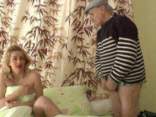 Papy s'occupe de sa colocataire et de son cul