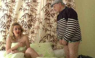 Quand Papy vient réveiller sa jolie colocataire, il ne manque pas de remarquer son magnifique corps totalement dénudé