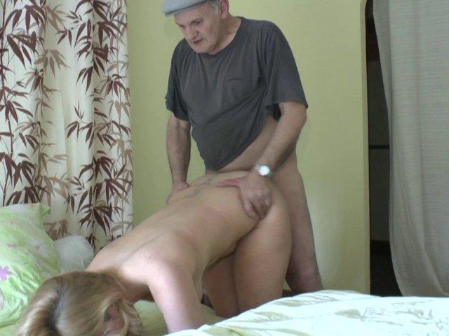Papy pervers offre sa bite à sucer à une jeune blondasse top bandante