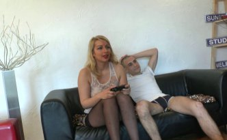 Un mec en coloc avec cette jolie blonde lui fait une proposition indécente