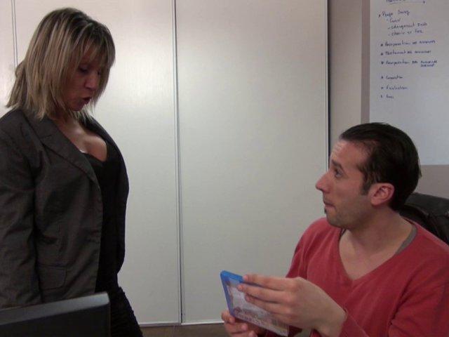 Mme labite, chef d'entreprise autoritaire, menace son employé… - סרטי סקס