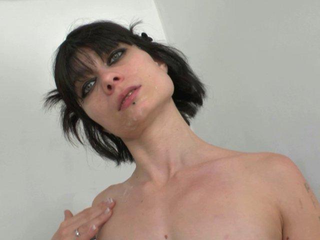 Mandie toujours folle de cul revient après 10 ans d'absence! - סרטי סקס