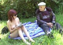 Partie de baise dans les herbes pour notre papy