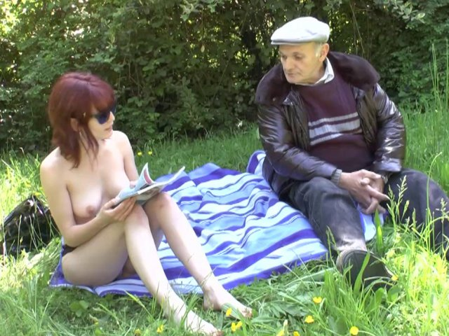 cette salope baise avec un vieux dans l'herbe