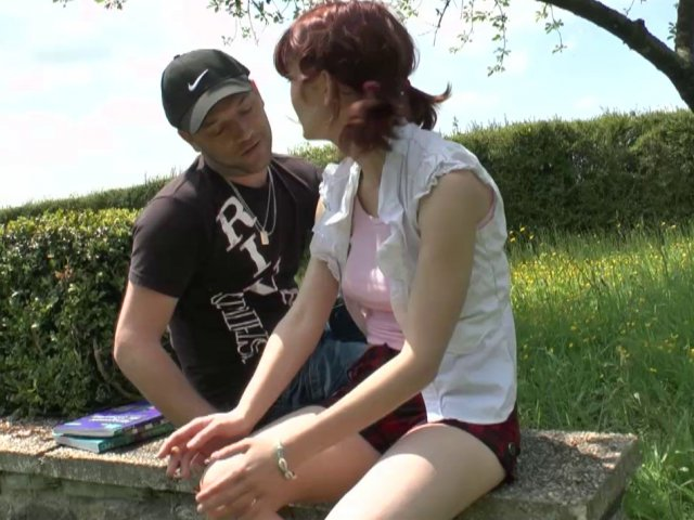 Lisa, étudiante rousse au petit cul rose, initiée à la baise en plein air! - סרטי סקס