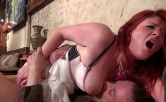 Rouquine bourrée se fait baiser dans un bar par un chauffeur de taxi