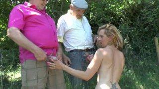Louise Du Lac suce deux papys voyeurs devant son mec