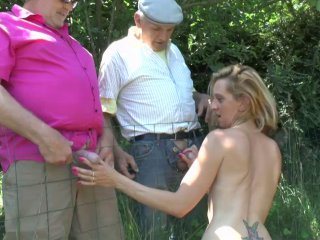 Amatrice blonde enculée par deux vieux vicieux