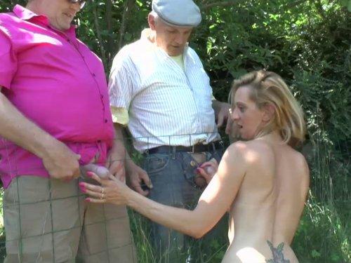 femme soumise soulage deux vieux voyeurs