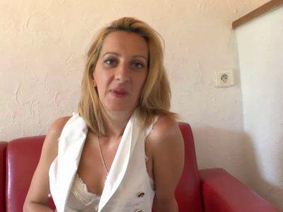 Louise, milf BCBG, a mis sa plus belle lingerie pour nous �moustiller! Et l'effe