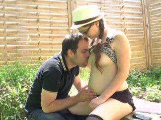 Jeune bachelière sodomisée dans le jardin
