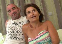 Voir la vidéo: Amélie et son mari viennent pour un gang-bang hardcore