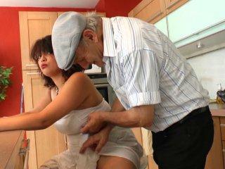 Papy baise une beurette charnue en levrette
