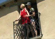 Papy regarde une salope enculée sur le balcon