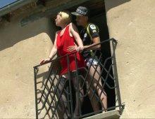 un couple exhib nique à la fenêtre devant papy voyeur
