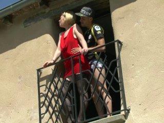 Enculée sur le balcon en trio