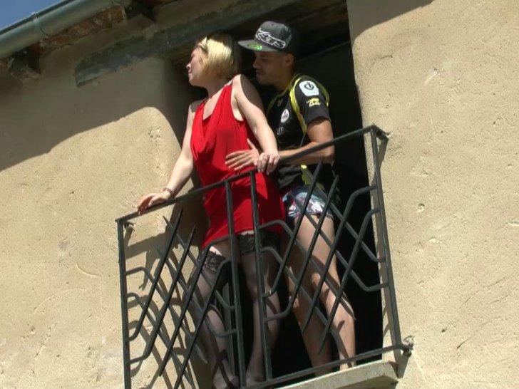 Enculée sur le balcon par son amant devant un vieux voyeur