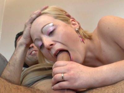 La belle et timide blondinette se fait doigter le cul