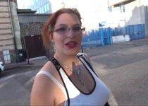 Voir la vidéo: Jolie rousse plantureuse en plein casting porno sauvage