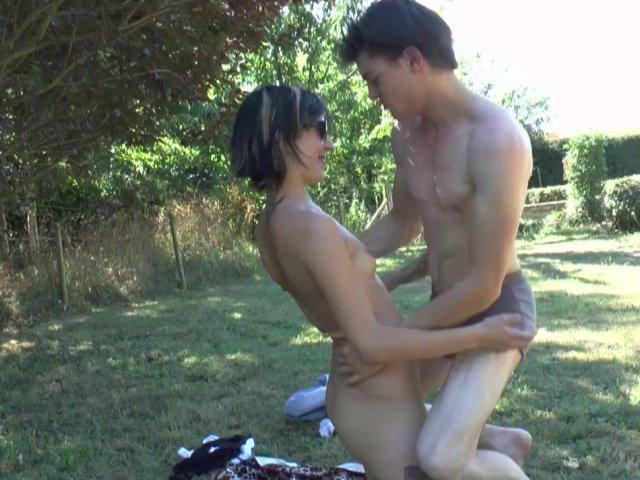 Partie de baise dans le jardin de lilou! - סרטי סקס
