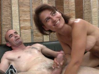 Amélie se fait sodo par son mari et boit son sperme
